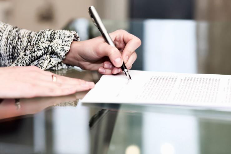 Desaposentação STF - mulher assinando contrato