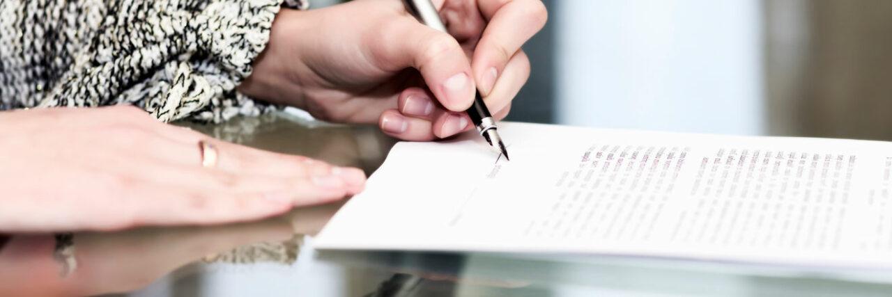 desaposentação STF - mulher escrevendo em folha