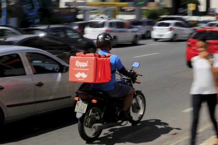 Vendedor externo que utiliza motocicleta